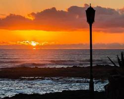 poste de luz fuerteventura pôr do sol na espanha foto