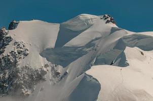 alpinista solitário em mont blanc, europa foto