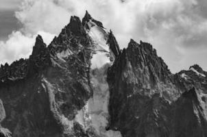montanha de aiguille du grepon no maciço do mont blanc foto