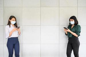 mulheres asiáticas praticando distanciamento social foto
