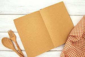 maquete de livro de receitas na mesa de madeira branca