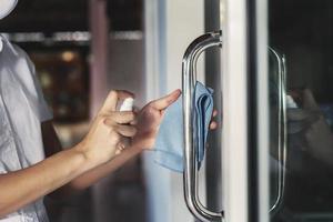 maçaneta para porta sanitizante de pessoa