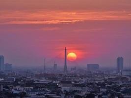 pôr do sol em bangkok foto