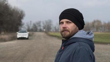 um homem em uma estrada de terra