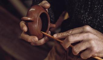 oleiro faz um bule de chá chinês tradicional