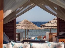 cabana de férias de praia no oceano foto