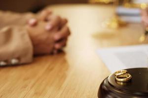 uma visão close-up de alianças em ambiente legal