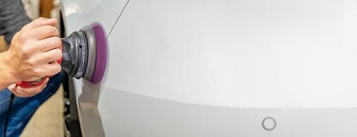 polimento de reparo do corpo do carro foto
