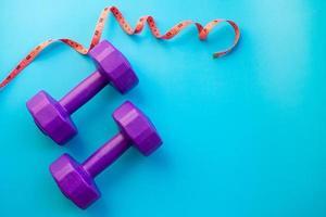 halteres de equipamentos de fitness na cor de fundo foto