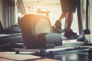 homem exercitando na academia foto
