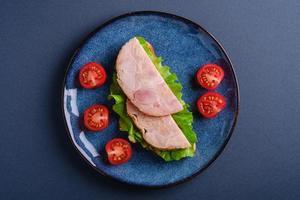 sanduíche com carne de presunto de peru, vista superior