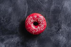 rosquinha rosa com granulado, doce sobremesa vitrificada