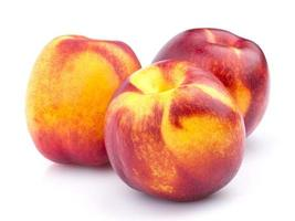 fruta de nectarina inteira isolada no fundo branco foto