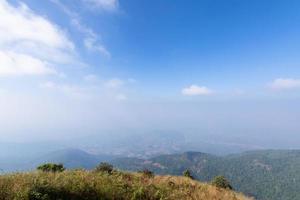 vistas naturais e árvores na trilha de kew mae pan, Tailândia foto