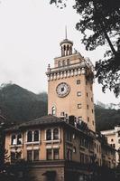 torre do relógio em rosa khutor, rússia foto