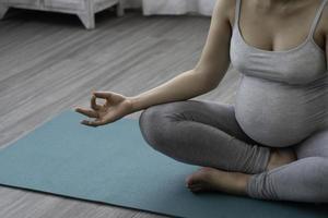 mulher grávida pratica ioga foto