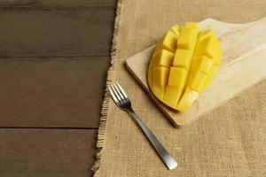 cubos de manga frutas na mesa de madeira