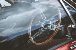 reflexão de janela de carro antigo foto