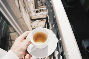homem bebendo café expresso foto
