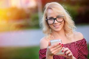 retrato de mulher jovem sorridente ao ar livre foto
