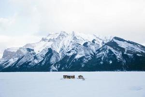 cabine no lago em banff, canadá foto
