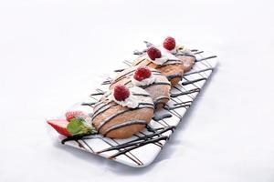 biscoitos de aveia com chocolate, framboesa e morango