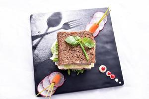 sanduíche de aspargos com legumes