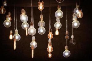 lâmpadas no quarto escuro foto