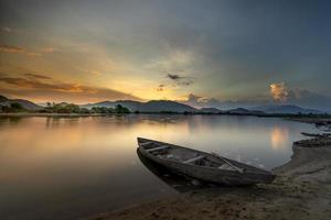 canoa na praia foto