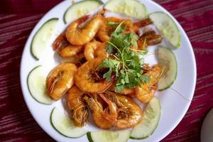 camarão frito com pepino fatiado