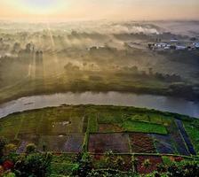 vista aérea do rio ao entardecer foto