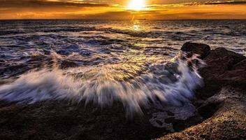 longa exposição das ondas do oceano foto