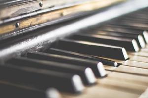 teclas de piano preto e branco