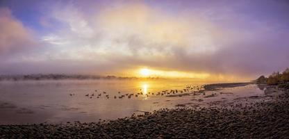 beira-mar durante o pôr do sol foto