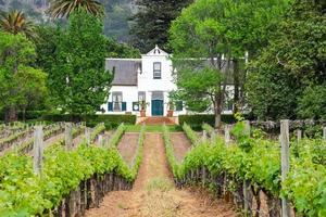 campo de colheita com casa no fundo foto