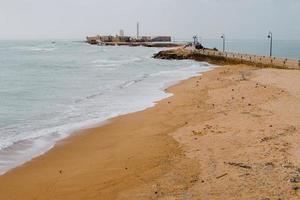 praia de areia marrom foto