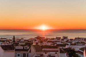 pôr do sol na cidade costeira foto