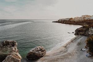 litoral da praia com edifícios foto