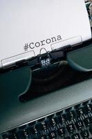 máquina de escrever verde com a palavra corona digitada foto