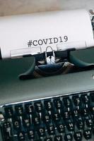 máquina de escrever verde com palavras foto