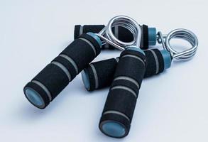 par de apertos de mão de exercício preto e azul foto