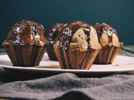 close-up de prato de muffins de chocolate foto