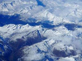 vista aérea de montanhas cobertas de neve