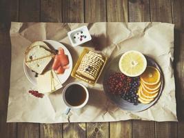 café da manhã espalhado em papel ofício foto