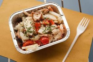 salada de frutos do mar em recipiente de papel alumínio