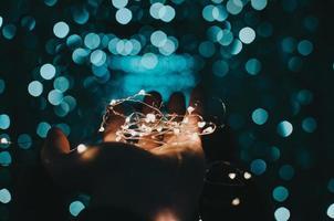 luzes de corda branca na palma da mão