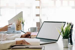 dois colegas trabalhando em laptops foto
