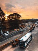 tráfego durante o amanhecer foto