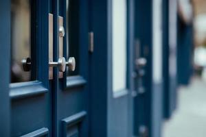 portas francesas de madeira azuis foto