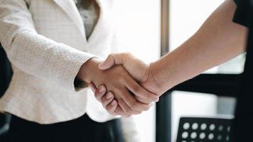 dois profissionais de negócios, apertando as mãos